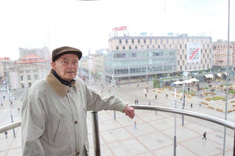 Jurand Jarecki w windzie, dobudowanej do Skarbka. Za nim: Zenit