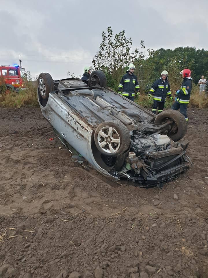 W niedzielę w pobliżu miejscowości Karkowo w gminie Gościno doszło do dachowania samochodu osobowego. Kobiecie kierującej pojazdem nic poważnego się
