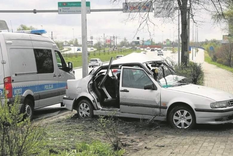 Jedno z kilku rozbitych w weekend aut na Basenie Górniczym. Policja apeluje, aby nie przekraczać prędkości i dostosowywać ją do warunków na drodze