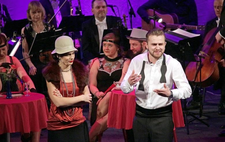 W czarowną atmosferę międzywojennej Polski wprowadzili znakomici artyści, w rolach głównych wystąpili bowiem absolwenci wokalistyki jazzowej Akademii
