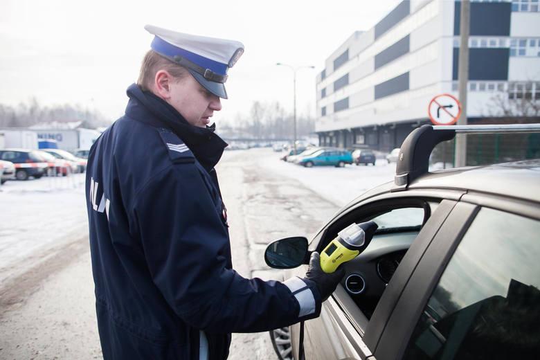 27 kwietnia 2020 r. ul. Wojska Polskiego jechał pijany kierowca - jechał po drodze rowerowej, przejściu dla pieszych. Zauważył go policjant. 35-letni