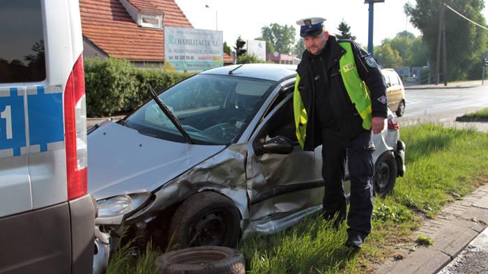 Naćpany kierowca peugeota wracał z dyskoteki w Zielonej Górze. Spowodował wypadek. Pięć osób rannych (zdjęcia)
