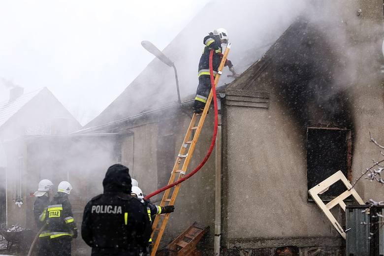 15 grudnia w pożarze domu w Burdychowie koło Silna zginęła kobieta. - Pożarem objęta była kuchnia i pokój oraz częściowo strop i fragment dachu. Po przeszukaniu mieszkania ewakuowaliśmy jedną osobę, podjęliśmy akcję reanimacyjną. Lekarz stwierdził zgon - relacjonują zdarzenie strażacy z KPPSP w...