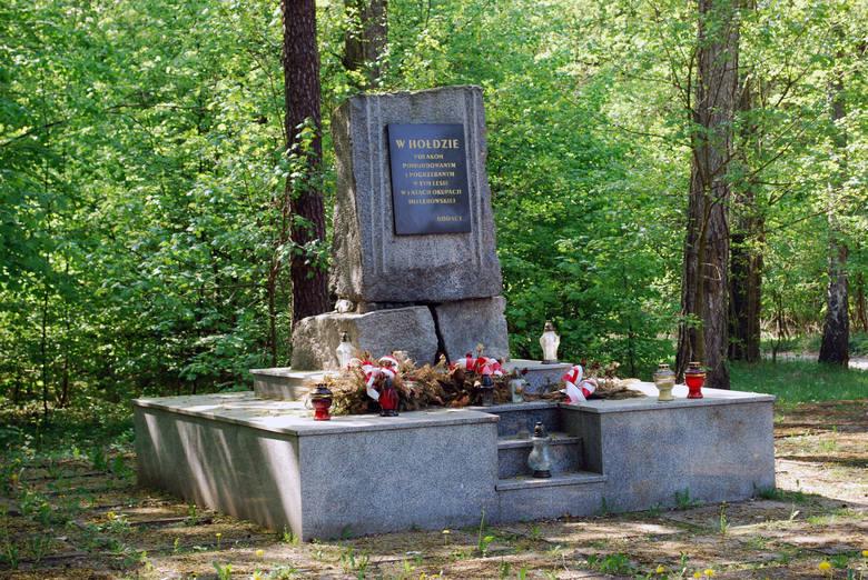 W Lesie Lućmierskim koło Zgierza stoi pomnik upamiętniający Polaków zamordowanych przez hitlerowców