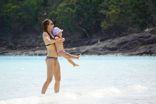 Podniesienie dziecka za rączki w trakcie spaceru może być świetną zabawą, ale nie jest zdrowe dla małych dzieci. W ten sposób można uszkodzić lub zerwać