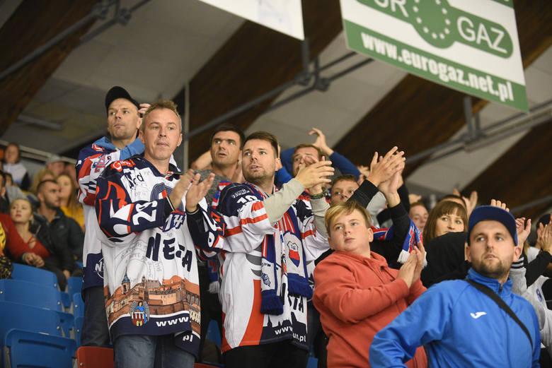 Inauguracja sezonu na Tor-Torze dla Lotosu Gdańsk. W derbach Polskiej Hokej Ligi decydowała dogrywka. W składzie KH Energa Toruń brakowało jednak aż