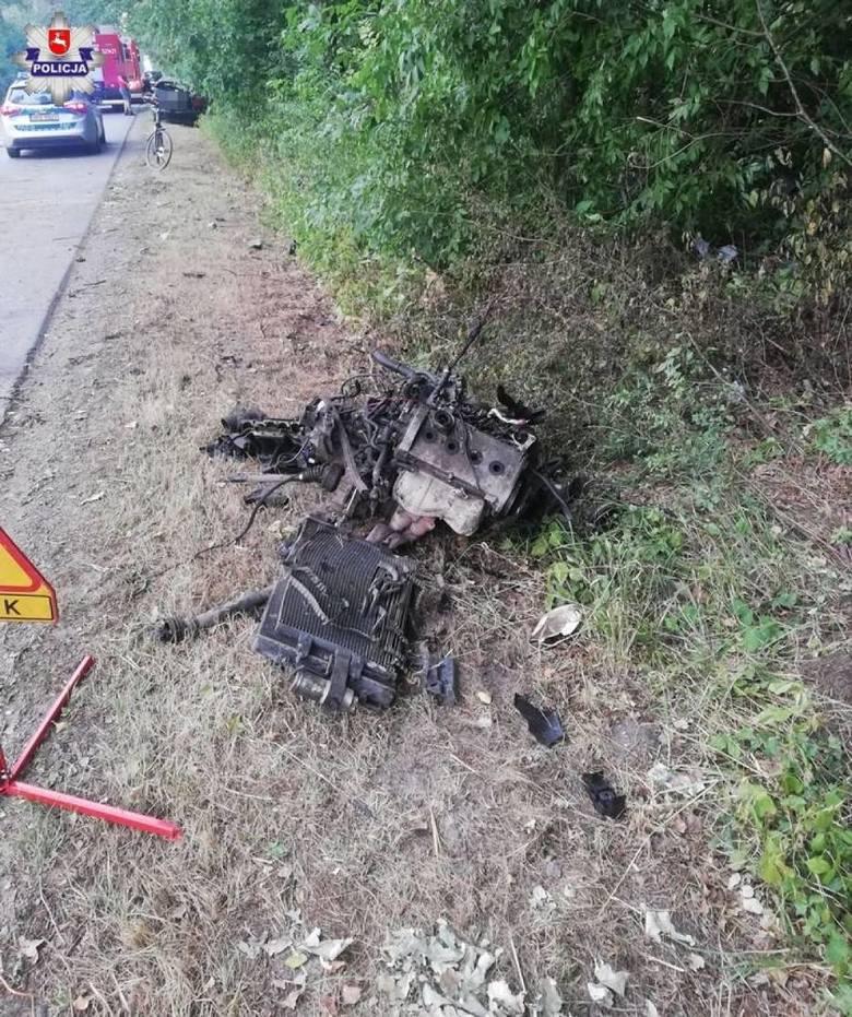 W Zalesiu kierowca wypadł z drogi. Po uderzeniu w drzewa z auta wyrwało silnik