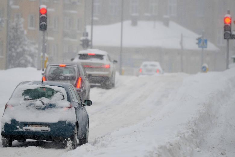 Przemyśl przysypany śniegiem. Kolejny atak zimy w mieście. Spadło co najmniej kilkanaście centymetrów śniegu [ZDJĘCIA]
