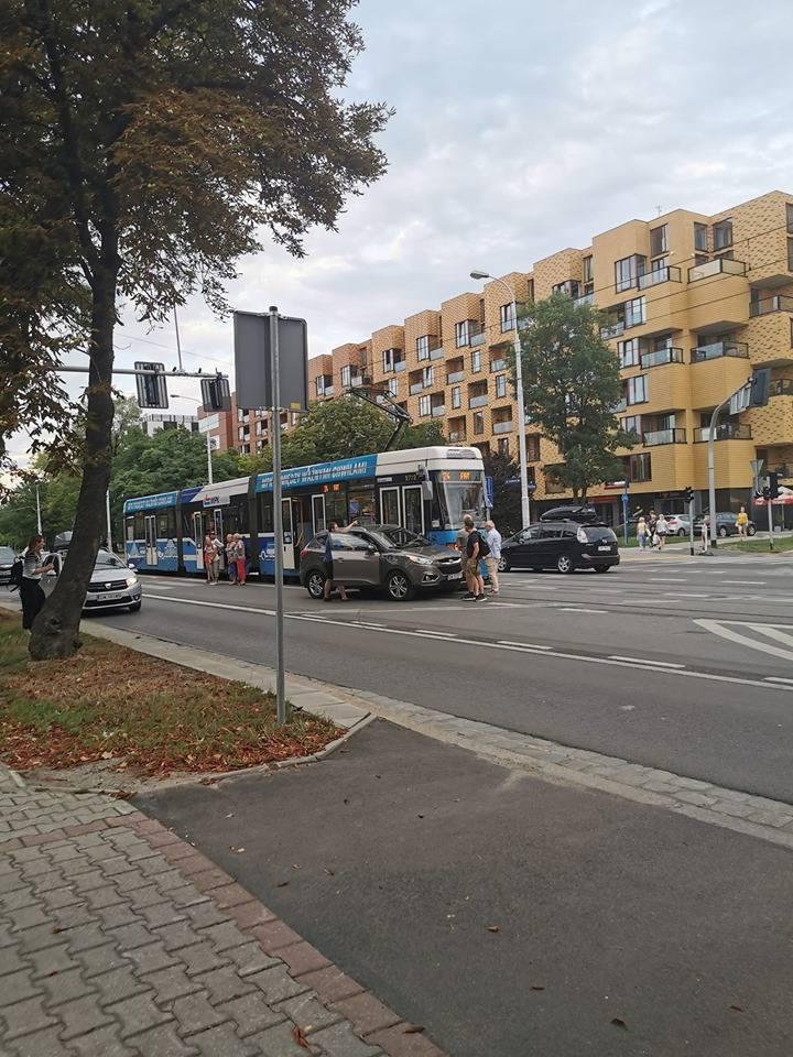 Hutmen stoi po zderzeniu tramwaju z osobówką. Ruch na Oporów z utrudnieniami