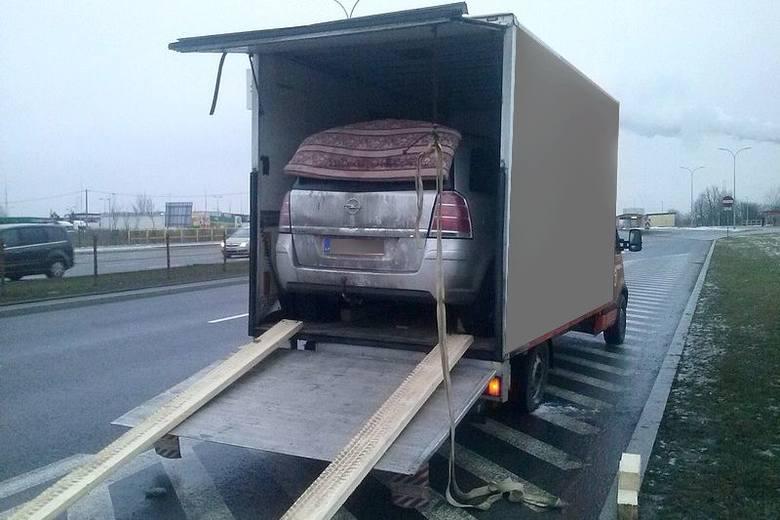 Litwin w busie wiózł drugie auto i kierowcę. Bo taniej (zdjęcia)