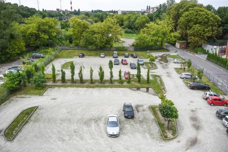Piotr Voelkel chce rozbudować szkołę przy Kutrzeby. Są protesty