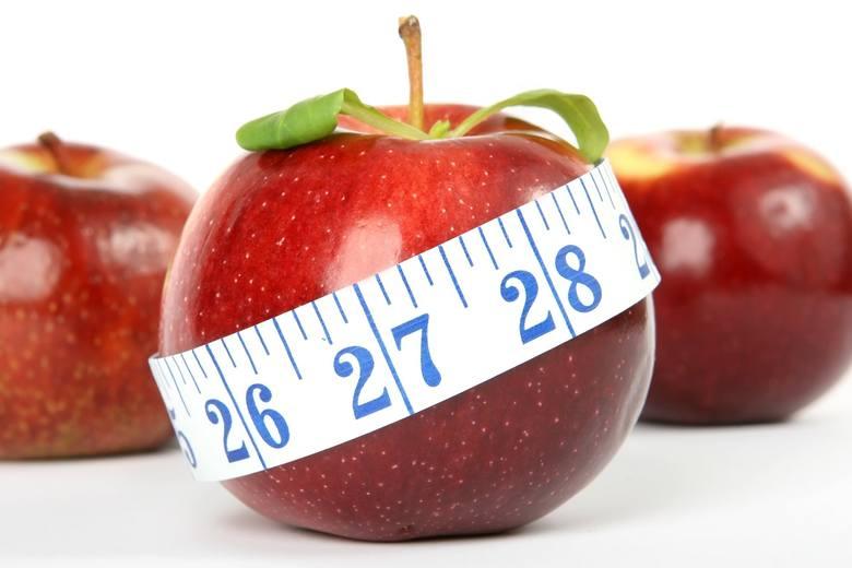 Jak wygląda 100 kalorii? Niezależnie od tego, czy jesteś na diecie czy nie, warto to wiedzieć. W końcu dziennie nie powinniśmy jeść więcej niż 2000-2500