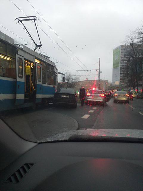 Zderzenie osobówki i tramwaju przy pl. Legionów. Tramwaje jadą objazdem