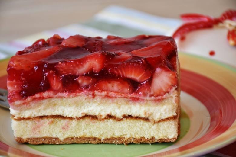 Przepis na ciasto z truskawkami. Szybko bez pieczenia lub na biszkopcie z kremem mascarpone. Będzie pycha! [8.07.21]