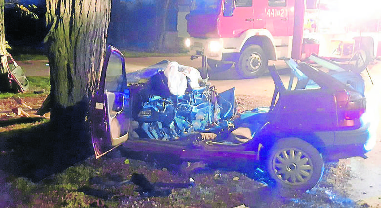 Dwoje zabitych, czworo rannychTragiczny wypadek rozegrał się w miejscowości Brzozowa w gminie Tarłów (Świętokrzyskie). Opel, którym podróżowało sześcioro