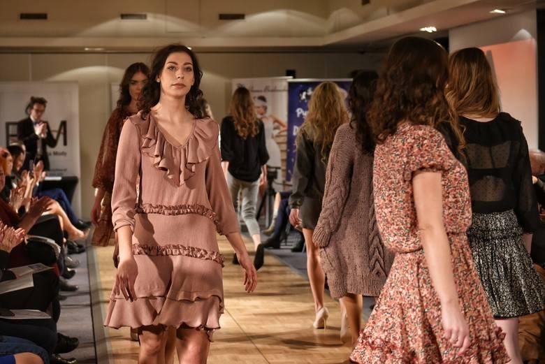 Najnowsze kolekcje polskich projektantów podziwiać można było w niedzielę w Poznaniu. Podczas Ilonn Fashion Show 2019 wręczono także prestiżowe nagrody