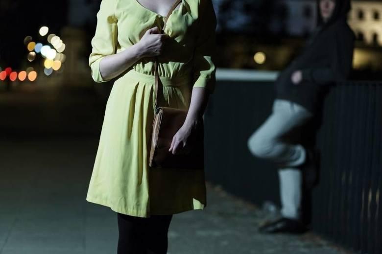Policjanci pod nadzorem prokuratury poszukują także zboczeńca, który napastował przypadkową kobietę na ul. Kopcińskiego. Do ataku na pieszą doszło w