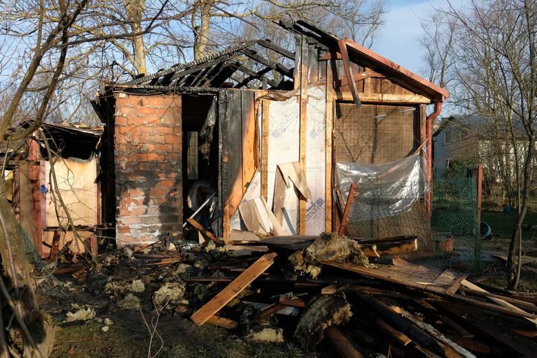 """Strażacy z Przemyśla Nowy Rok rozpoczęli od pożaru na terenie ogródków działkowych """"Na Jazie"""" w pobliżu ul. Sanockiej.Około godz. 4 nad ranem zauważono"""