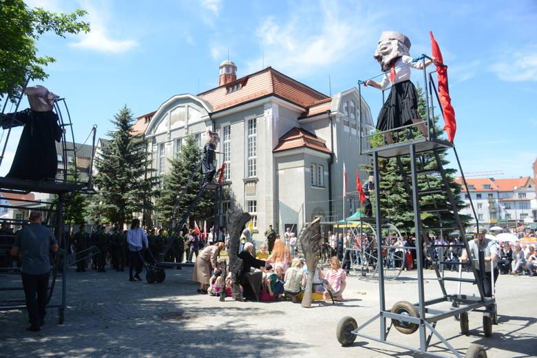 Widowisko przedstawiono w na Placu Powstańców Wielkopolskich, czyli w miejscu, gdzie w otoczeniu kościoła i Domu Katolickiego toczyły się zamieszki.