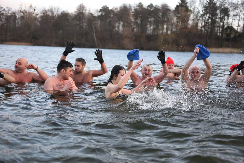 Dla nich nie ma złej pogody, ani zbyt niskich temperatur, by nie skorzystać z okazji i nie wykąpać się w lodowatej wodzie. Nad jeziorem w Zalesiu odbyło