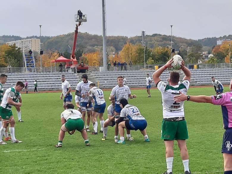 Piłkę wrzuca Igor Olszewski z Lechii