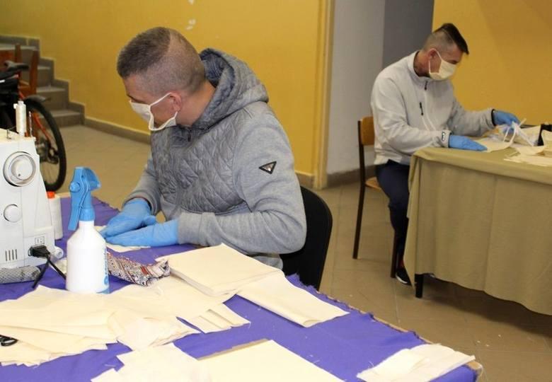 We wszystkich jednostkach penitencjarnych, w tym również w Zakładzie Karnym w Rzeszowie uruchomiona została produkcja środków ochrony osobistej. Trafiają