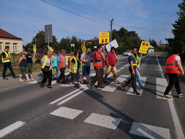 Trwa protest w Mniszewie. Mieszkańcy blokują drogę krajową numer 79. Są utrudnienia w ruchu i objazdy