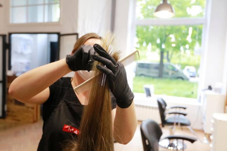 U fryzjerki pracującej w jednym z wieluńskich zakładów fryzjerskich potwierdzono koronawirusa. Sanepid natychmiast podjął działania. Klientów obsłużonych