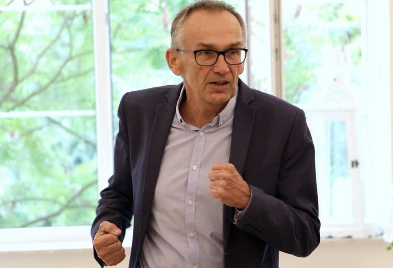 Andrzej Guzowski, to bezpartyjny kandydat popierany przez PiS.