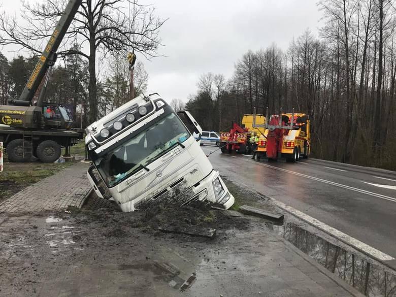 Akcja wyciągania ciężarówki z rowu.
