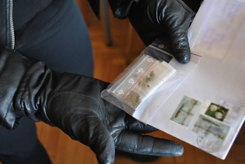 - W podejrzanych listach wysyłanych w różnych odstępach czasu mężczyzna usiłował przesłać narkotyki w różnej postaci. Czujność strażników więziennych