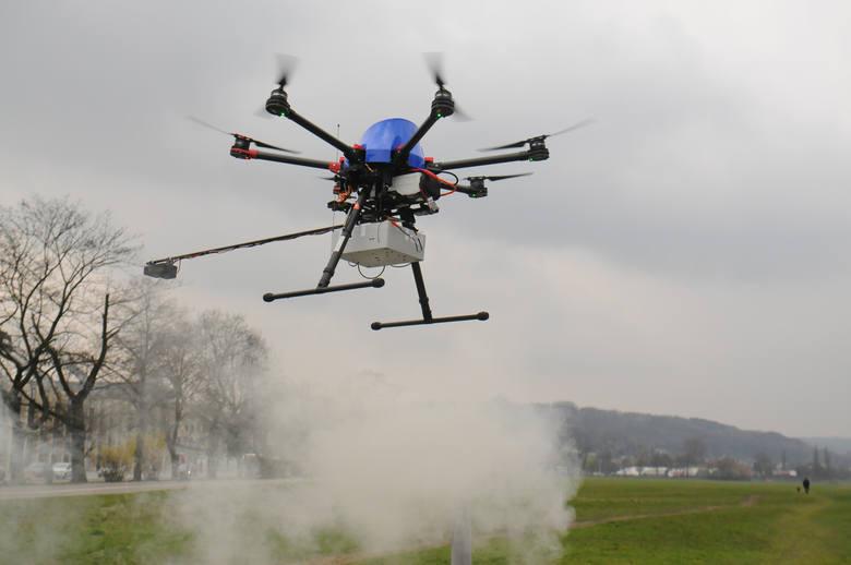 Dron krąży nad Chełmem. Sprawdza czym mieszkańcy palą w piecach