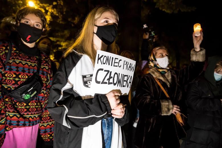 Warszawa: Nocny protest kobiet przeciwko zakazowi aborcji [ZDJĘCIA] Dom Jarosława Kaczyńskiego otoczony, policja użyła gazu łzawiącego