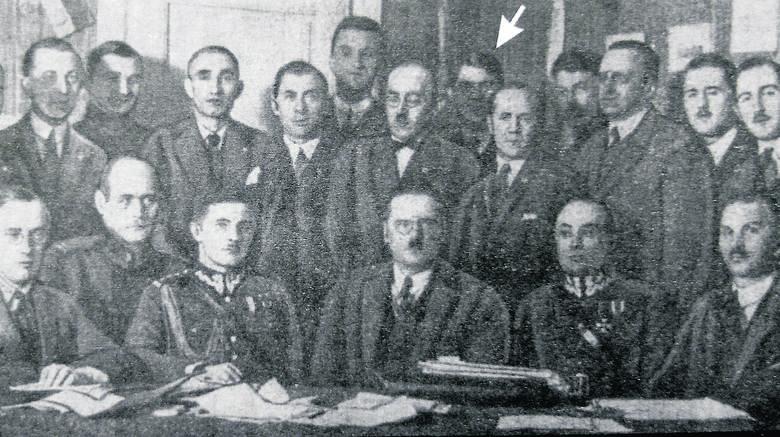 Przedstawiciele klubów, które założyły polską ligę. Strzałką oznaczony jest Heliodor Konopka, prezes ŁKS