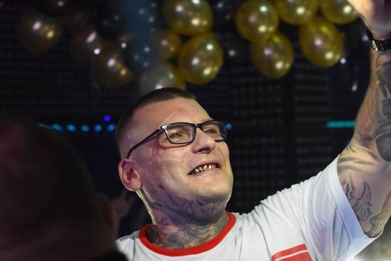 """Raper Popek, który z powodzeniem próbował swoich sił m.in. w """"Tańcu z gwiazdami"""" oraz walkach KSW, wciąż wzbudza mieszane uczucia -"""