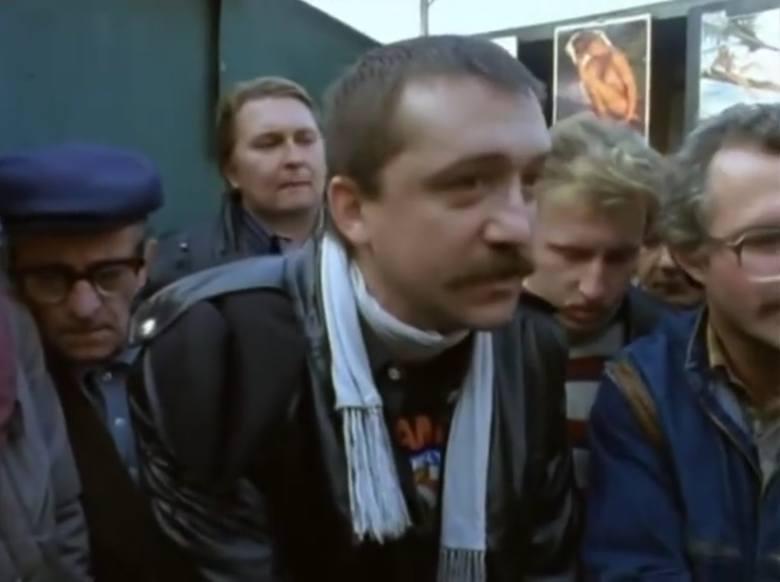 """Odcinek dwudziesty """"Złocisty"""". Zdzisław Rychter jako facet na bazarze grający w """"trzy karty""""."""