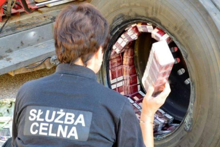 Budzisko. Papierosy z przemytu warte 150 tys. ukryli w tirach (zdjęcia)