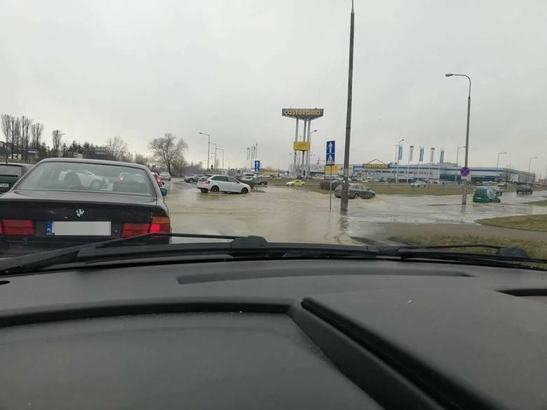 W czwartek, 8 marca, przed godz. 15.00 doszło do spektakularnej awarii wodociągu w Gorzowie. Woda zalała niemal całe rondo Górczyńskie.Co wydarzyło się