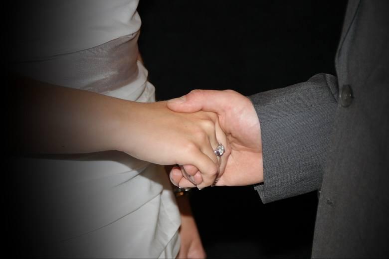 BYCIE W ZWIĄZKU MAŁŻEŃSKIMNie da się zawrzeć małżeństwa, osobie, która jest związana węzłem poprzedniego małżeństwa, nawet niedopełnionego.Chociaż pierwsze