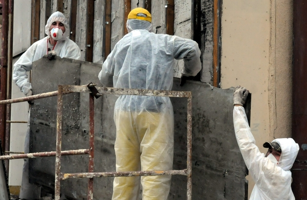Tylko pracownicy specjalistycznych firm mogą bezpiecznie usuwać i utylizować azbest.