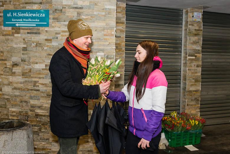 Prezydent i zastępcy wręczali białostoczankom kwiaty w Dzień Kobiet