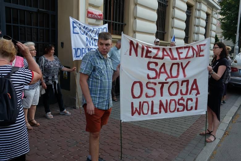W poniedziałek o godz. 19 pod polskim sądami ponownie pojawili się przeciwnicy rządów PiS-u.- W środę w Parlamencie Europejskim odbędzie się debata na