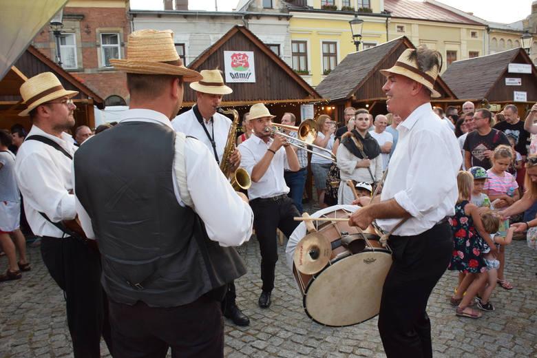 Trzydniowa impreza przyciągała mieszkańców i turystów sceną na Rynku, muzyką i tańcem, warsztatami dla dzieci i dorosłych, straganami i smakami świeżego