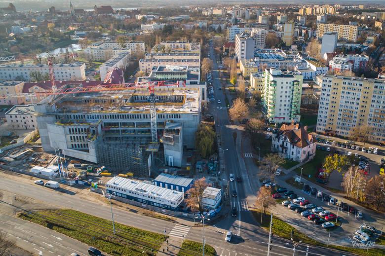 Gmach nowego Sądu Rejonowego w Toruniu przy placu Zwycięstwa rośnie w szybkim tempie. Inwestycja za 137,5 mln zł, której głównym wykonawcą jest Warbud,