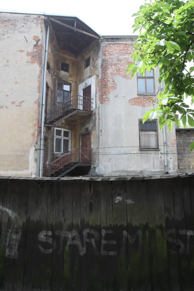 Tak wygląda podwórko kamienicy przy ul. Podrzecznej