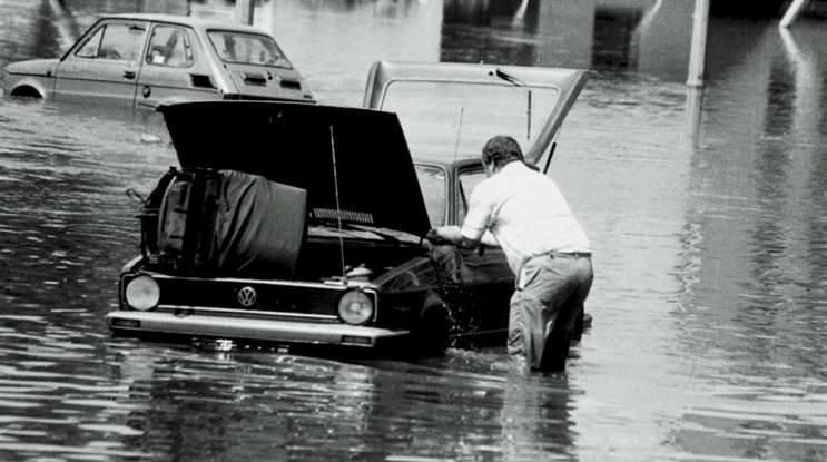 Opole 1997. Ulica Koszyka. Po opadnięciu wody właściciele samochodów próbowali za wszelką cenę uratować swoje pojazdy. Zaczęło się wielkie mycie i czyszczenie zalanych aut.