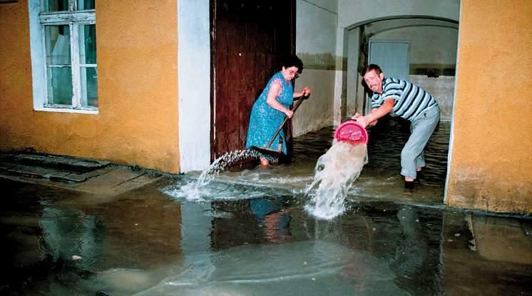 Opole 1997. Ulica Wrocławska. Po opadnięciu wody ludzie nie wiedzieli od czego zacząć wielkie sprzątanie. Coś trzeba było robić - choćby podjąć beznadziejną próbę pozbycia się z korytarza wody, która drugą stroną znów się wlewała. <br /> <br /> <strong>Powódź Tysiąclecia - film dokumentalny</strong><br...