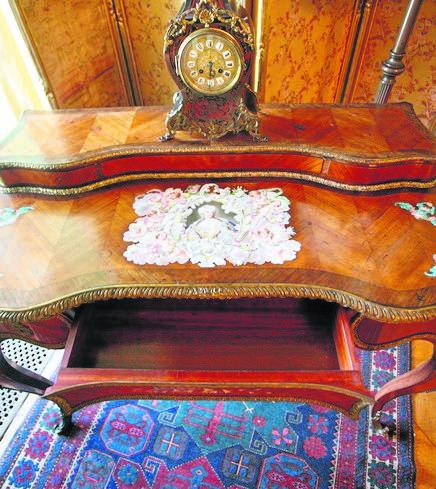 """Tajemnicę skrywa też biurko, zwane """"bonheur-du-jour"""", czyli """"szczęście dnia"""". Mebel stoi w Salonie Zielonym, czyli tam, gdzie powstała część słynnych pamiętników księżnej Daisy. Biurko ma sekretną szufladę, otwieraną małym przyciskiem znajdującym się pod blatem."""