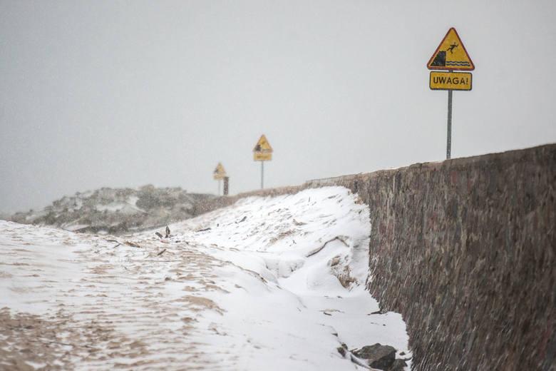 Po wczorajszych (środa 2.01) wichurach na Pomorzu wiatr ustąpił. Spadła natomiast temperatura i pojawiły się opady śniegu, te połączone z dość silnymi