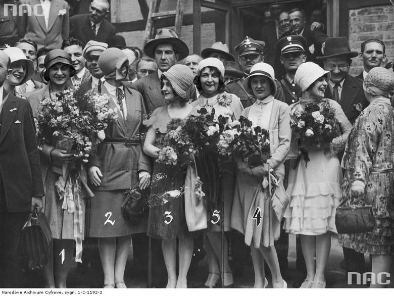 Uczestnicy wycieczki. Widoczne m.in.: amerykańska Miss Polonia Emilia Jurczak, Miss Polonia 1929 Władysława Kostakówna, wicemiss Maria Michniakówna, wicemiss Irena Grzebielska i Miss Pennland J. Korecka.